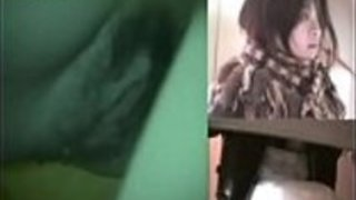 日本の女の子が公然にカムに放尿