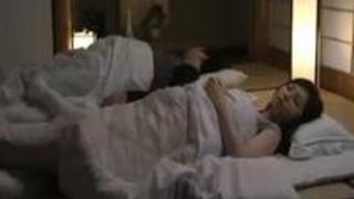 【佐々木あき】「ヤメなさい…何やってるの…」旦那の横で娘の彼氏に夜這いされる美人妻が喘ぎ声を必死に我慢しザーメン中出しまでされてしまう【人妻アダルト動画】