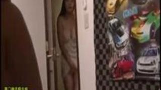 【奥様】娘がSEXしているのを見て欲情してしまい、廊下で激しいオナニーするおかあさん。夢中でオマ○コをこすります。