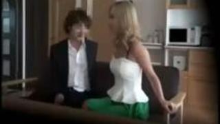 最近嫁の様子が少し変なのでカメラ付けてみたら知り合いのセールスマンとゴムも着けず浮気してた;;【膣内射精】