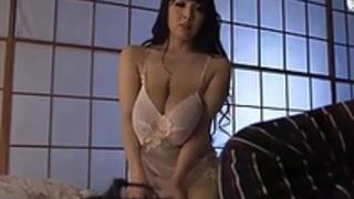 印象的な巨乳を持つ巨乳なアジア人