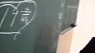 かわいいジャップティーンの女の子がクラスルームでセクシーなお尻を点滅させる