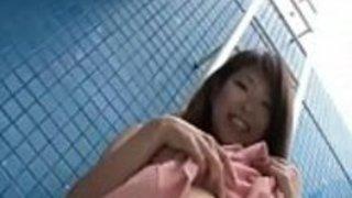 星野ゆの子は、彼女がwiを演奏している間に、彼女がカメラで披露した素晴らしいお尻とおっぱいを持っています