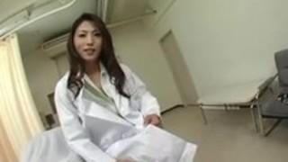 日本の医者MILF Azuki Azukiは、セクシーなパンストストッキングのレッグショー!