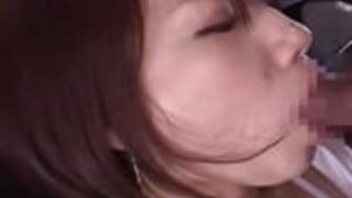 甘い日本の赤ん坊は、彼女の性飢えた友人によって誘惑される