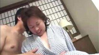 【六十路】熟女還暦おばちゃんの初3Pセッ○ス!興奮するババアが腰を振りまくり最後は昇天ww
