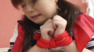 彼女の手によって彼女のぬれた猫のハンメを取得ブルネットのひよこを結びました