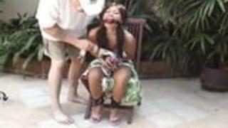 アジアンティーンは縛られ、椅子に手錠がかけられた