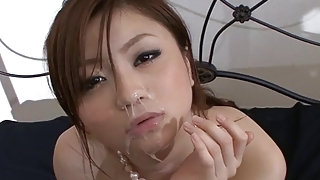 るい矢沢がhi飲み込ん前に角質の男に乳首性交を与える