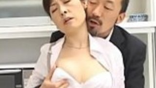 ラムロッドは空腹の日本の成熟した巨大な片目のモンスターを熱狂的に吸います